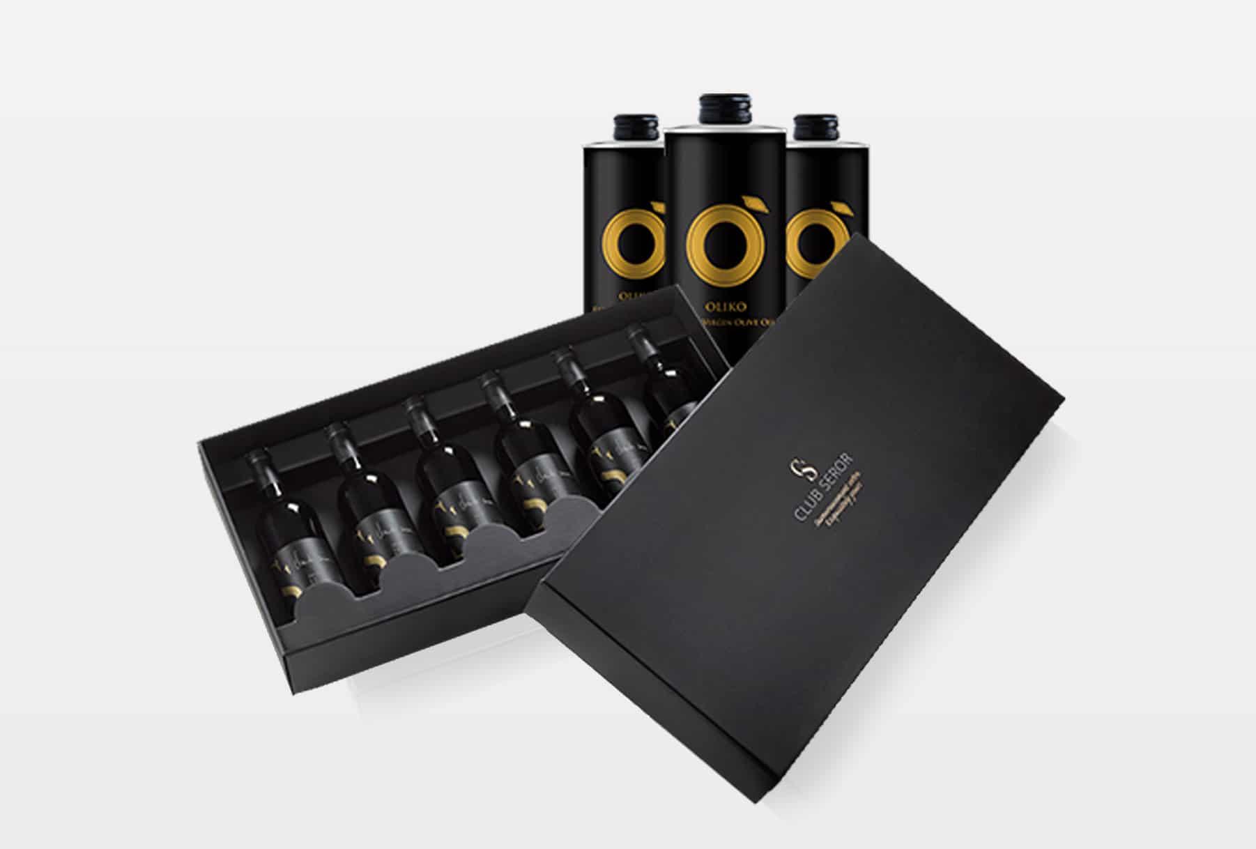 מארז בקבוקי יין של חבקת סרור מסדרת CLUB SEROR. האריזה היא בצבע שחור מקרטון גלי עבה וקרטון דחוס ומכילה 6 בקבוקים. מתנה ייחודית לאוהבי יין. יש למינציה, הבלטה ולכה על המארז
