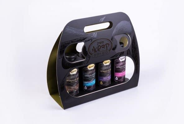 אריזה ל-4 בקבוקי זית של משק קדשאי. מתנה מתאימה לחגים. האריזה בצבע שחור בצורה של תיק, לכה סלקטיבית להשבחה.