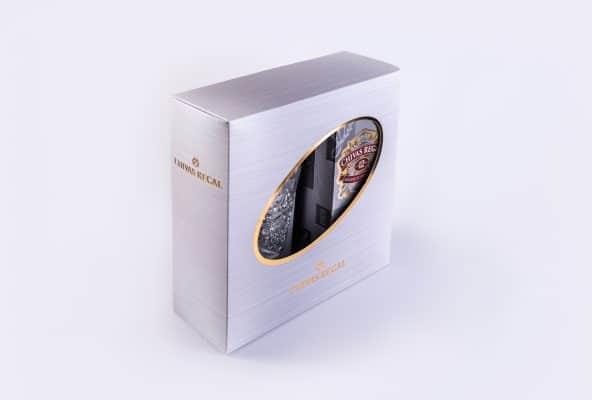 אריזה בצבע סגול בהיר עם עיצוב מיוחד, אליפסה באמצע המארז. שימוש בשטנץ מיחוד כדי לחתוך את הצורה