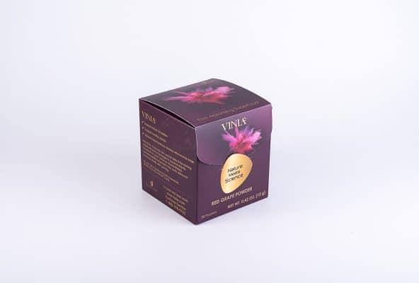 ייצור אריזת מזון מחומר גלם נייר קרטון דופלקס בצורה של קובייה בצבע סגול כהה, עם תוויות צהובה, שילוב של דפוס דיגיטלי ואופסט, שיטת הדפוס: פרוצס