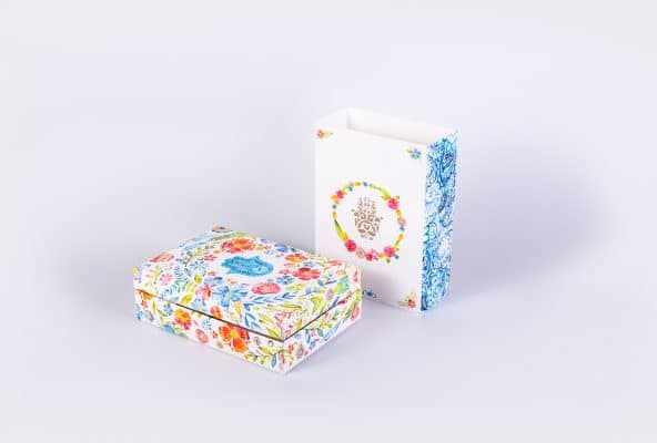 ייצור אריזות מתנה בעיצוב אישי. מארז צבעוני מאוד עם חמסה על המארז והתיק.