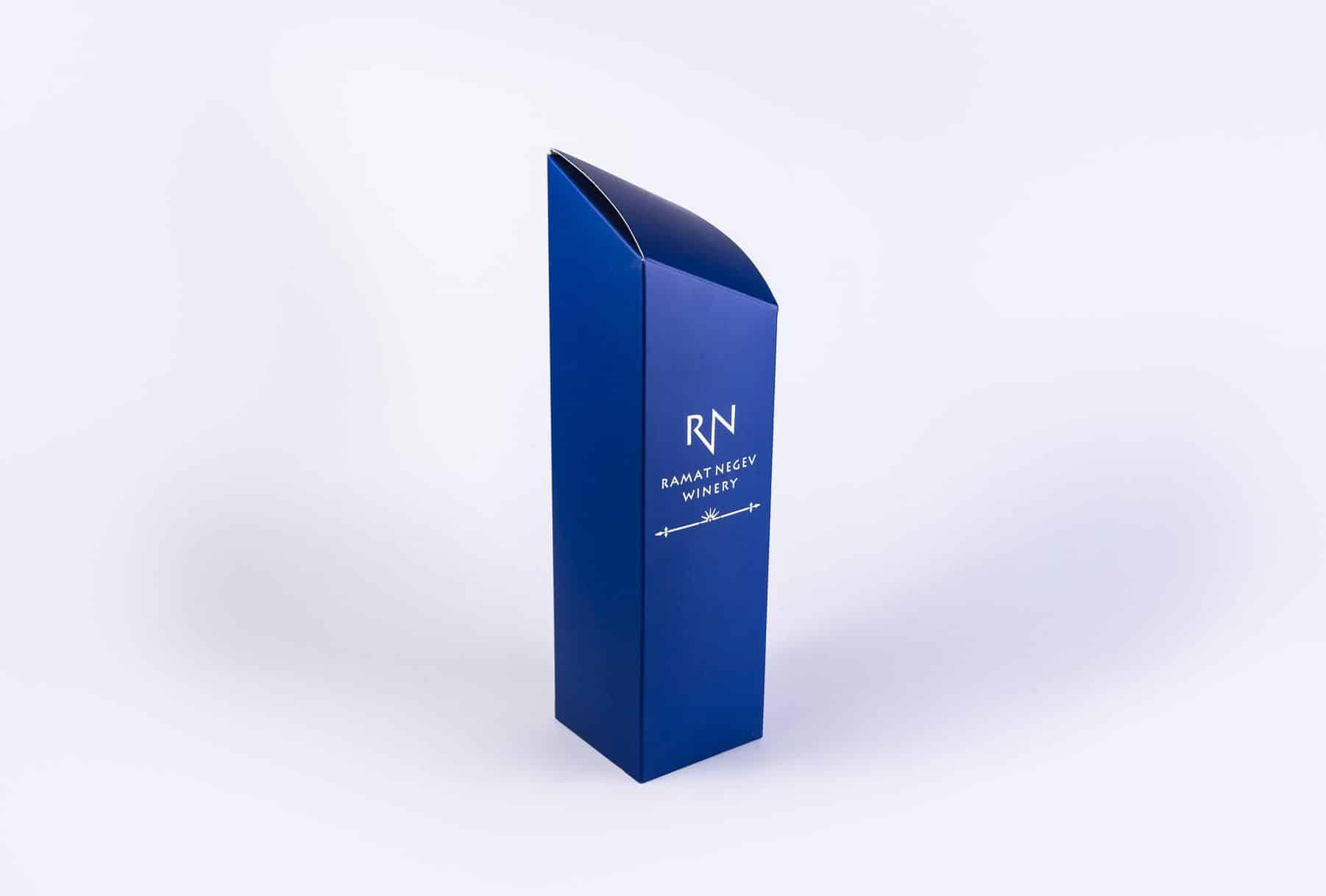 מארז יין של יקב נגב בעיצוב מרהיב בצבע כחול