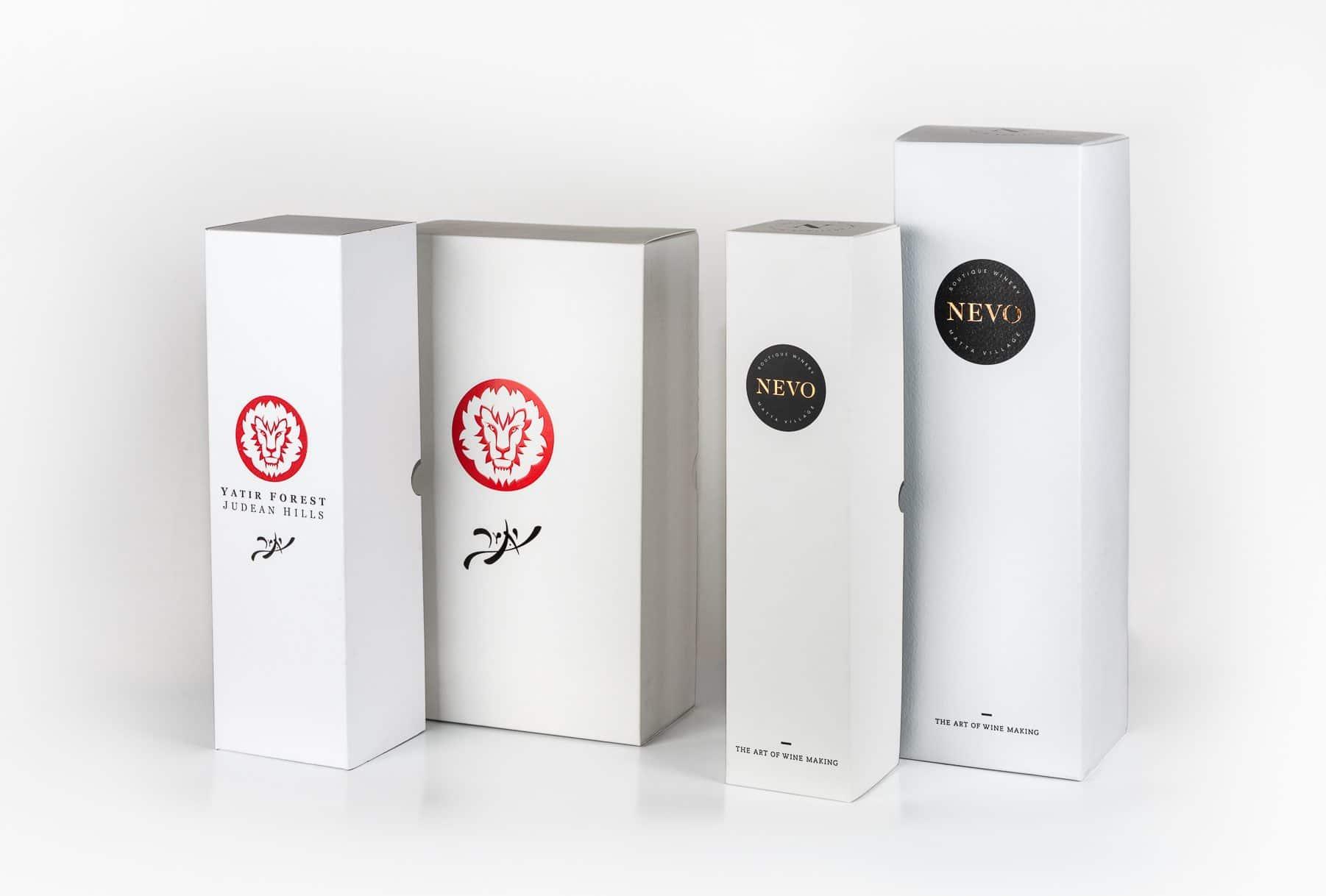 מארזים לבקבוקי יין של יקב נבו ויקב יתיר. האריזות בצבע לבן קלאסית עם לוגו של היקב. השבחות דפוס שהשתמשנו בתהליך ההדפסה: הבלטה והטבעת פוייל (חום)