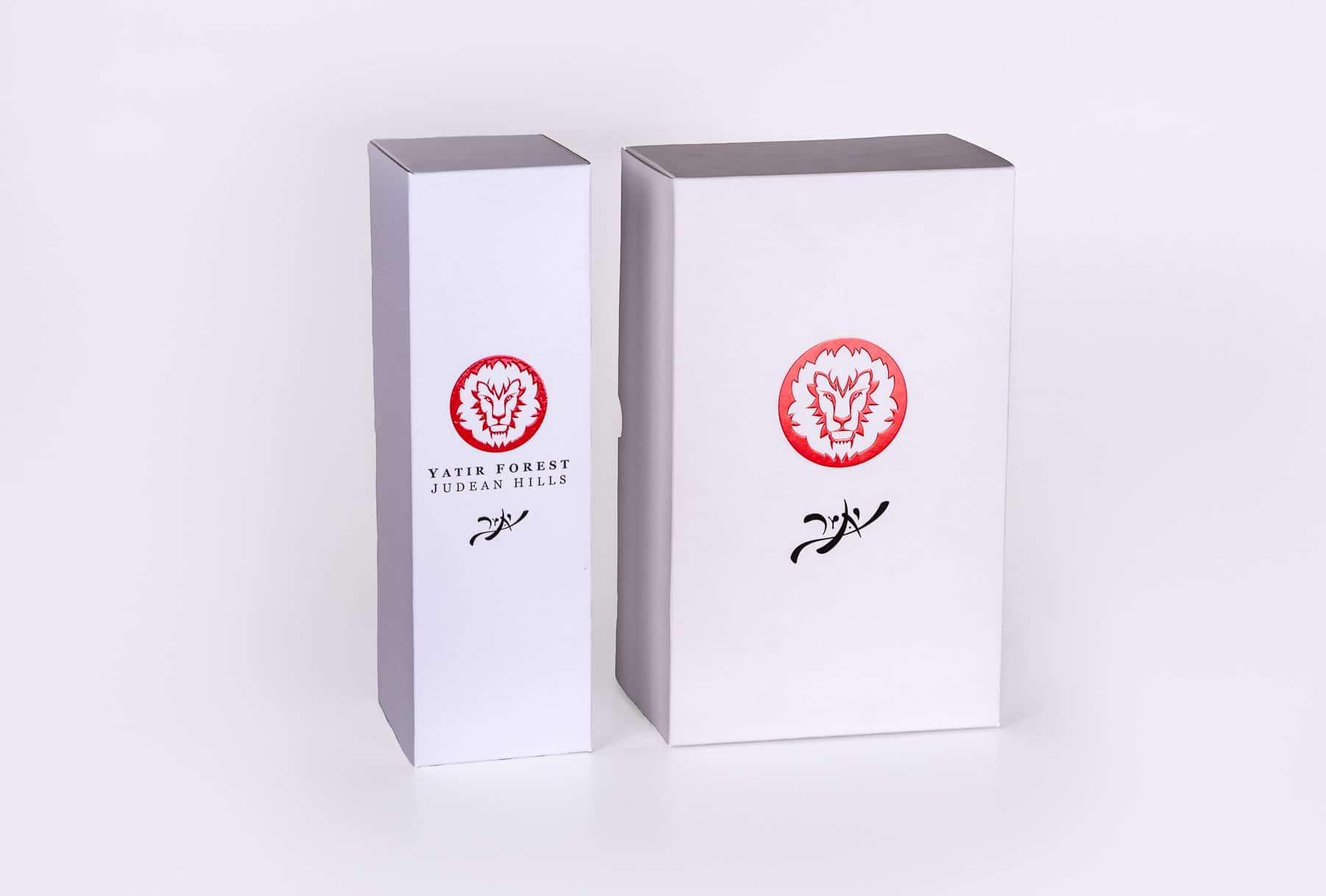 אריזות קרטון ליינות של יקבי יתיר בצבע לבן עם לוגו בצבע אדום מובלט