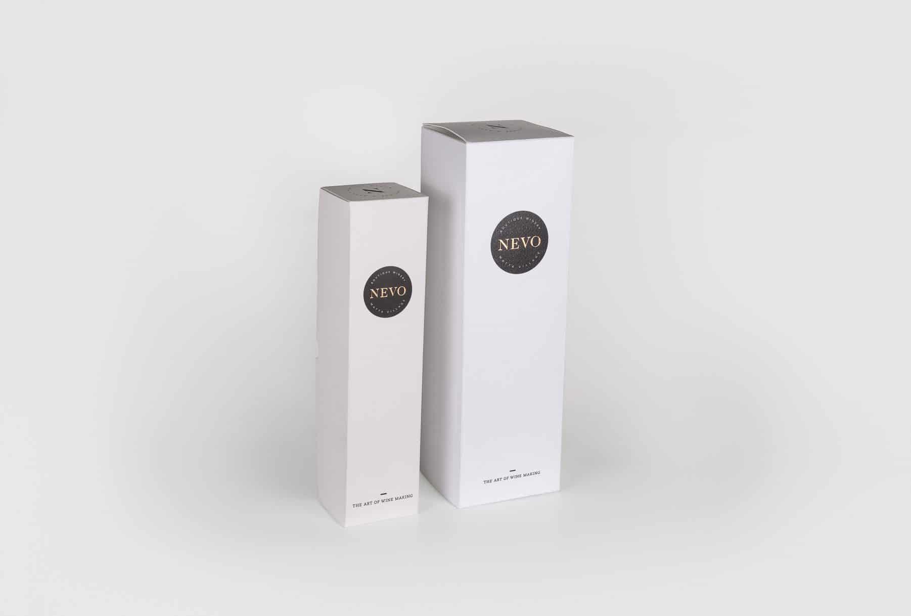 הדפסת אייריס (Color Proof) לאריזות קרטון לבקבוקי יין של יקב נבו. המארז בצבע לבן עם הטבעת פוייל