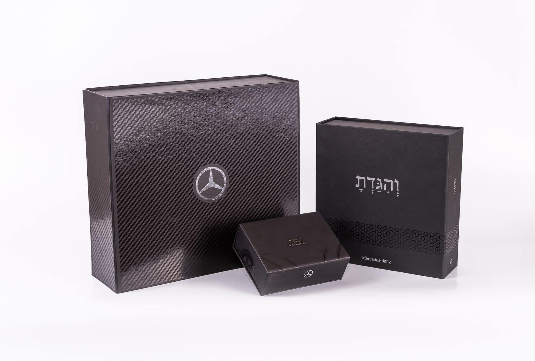 3 אריזות לחברת מרצדס בנץ בצבע שחור עם למינציה מט והטבעת פויל, על אחת מהן יש את הסמל של החברה, על השניה כתוב הגדת