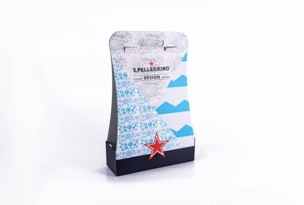 אריזות ממותגות לחברת S.Pellegrino מקרטון קשיח ונייר קרטון דופלקס, Limited Design Edition. v. המארז בצבעי לבן, כחול וכוכב אדום בסגנון של תיק יד