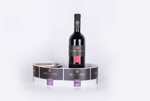 גליל תוויות לבקבוקים שהודפסו עבור יקב ברקן, יין אדום יבש מרלו, שנת בציר 2017. התוויות הינו בצבעי שחור ואדום והכתב מוזהב.