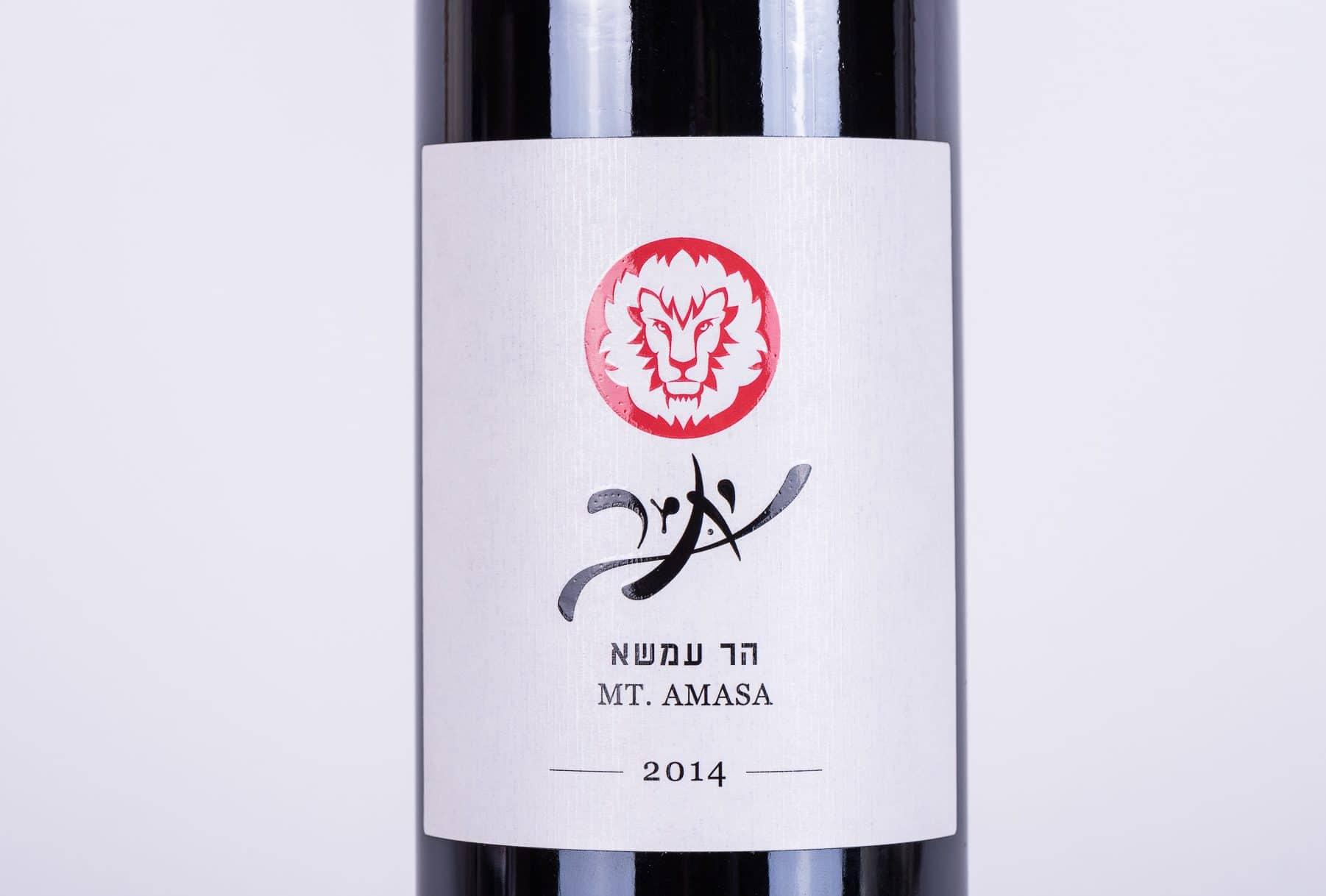 תוויות יין שהודפס ליקב יתיר משנת 2014. על הבקבוק הודפס אריה בצבע אדום. שם היקב הודפס בהבלטה כחלק מהשבחת הדפוס. הדפסת תוויות יכולה להתבצע בשיטה דפוס דיגיטלי או דפוס אופסט. ניתן לייצר תוצרים זהים גם לבקבוקי אלכוהול אחרים כמו בירה וגם למוצרי מזון