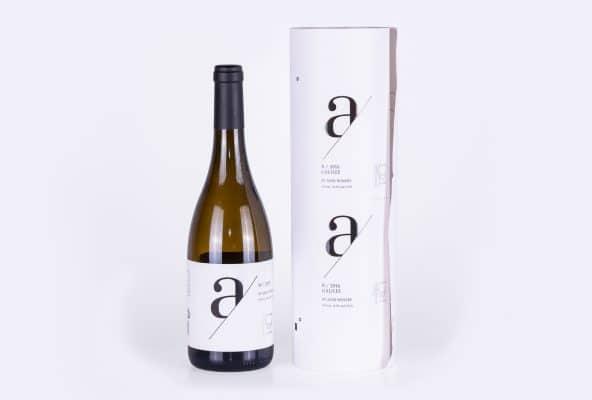 מארז יין של יקב הגליל, מהדורת 2016 עם תווית קלאסית בצבע לבן שכתוב עליו אות a