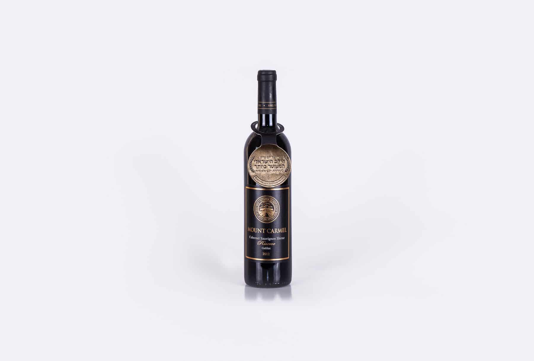 יינות של יקב ברקן עם תוויות לבקבוקים שמשדרים יוקרה. היין מסוג קברנה סוביניון, מזני שיראז מבציר בשנת 2012. יקב ברקן זכה בתחרות היקב הישראלי המעוטר ביותר.