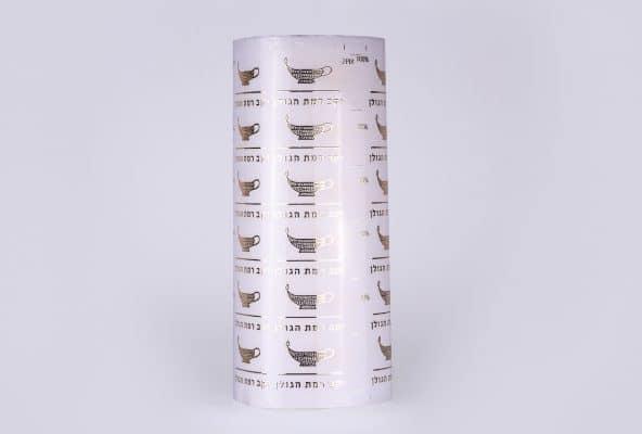 הדפסת גלילים של תוויות בצבע לבן עם כיתוב בצבע כסף כולל לכה והבלטה, ליקב רמת הגולן. יקב רמת הגולן הוא הראשון שנוסד ברמת הגולן ב 1983