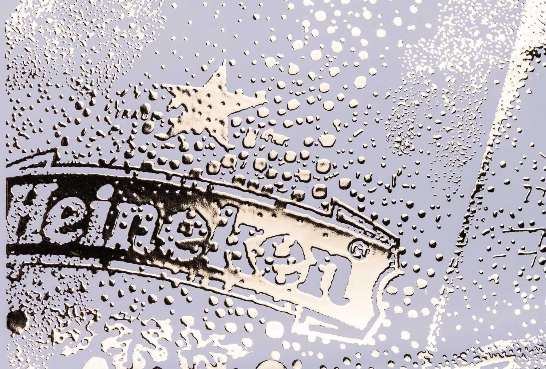 הדפסת תוויות בירה לחברת היינקן בצבע כסוף עם אלמנטי השבחת דפוס ייחודים כגון הבלטה, לכה סלקטיבית, הטבעה בחום ופויל שנותנים לבקבוק מראה קפוא. היינקן היא מבשלת בירה בהולנד שיש לה 130 מבשלות בירה בעולם