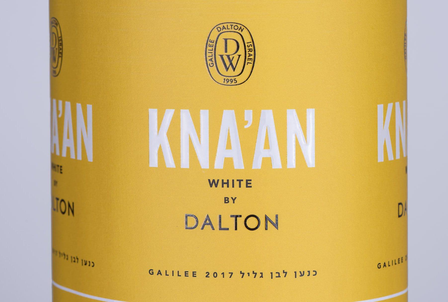 דפוס אופסט - הדפסת גליל תוויות צהובות עם כיתוב לבן ליין כנען לבן, יקב דלתון. כנען לבן מורכב מזני היין הלבנים: סוביניון בלאן, שרדונה, מוסקט ופינו גרי וסמיון