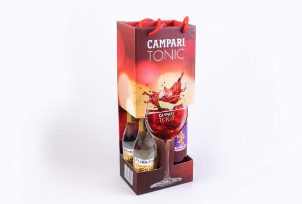 """מארז צבעוני משילוב של נייר קרטון דופלס, קרטון קשיח וקרטון דחוס, dpi גבוה לשלושה בקבוקים של משקה קמפרי טוניק. קמפרי ( Campari) הוא ליקר אדום, מתוק-מר מתערובת של עשבים, 20-28 אחוזי אלכוהול. הקיפולים נוצרו ע""""י ביג והחיתוכים ע""""י שטנץ. יש במארז שימוש בלקה UV, לקה סלקטיבית והטבעת פוייל. האייריס אושר לאחר מספר ניסויים."""