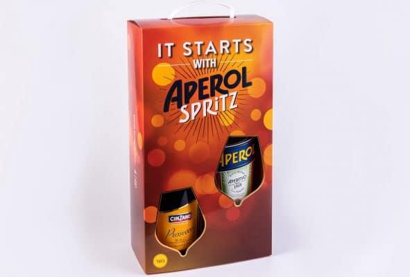 ייצור אריזות מנייר קרטון דופלקס וקרטון דחוס למשקה APEROL. המארז בצבע כתום חום עם נגיעות צהוב ואפשר להכניס שני בקבוקים בתוכו. יש שימוש בלכה סלקטיבית.