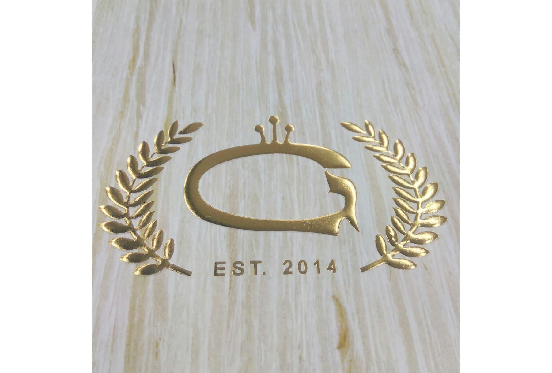 השבחת ההדפסה (לוגו של החברה) בעזרת הבלטה דיגיטלית