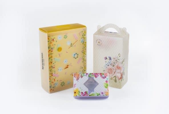 עיצוב והדפסת אריזות מתנה לחברת NESPRESSO סדרת ON ICE. מארז צבעוני בצבעים צהוב, כתום, לבן וכחול