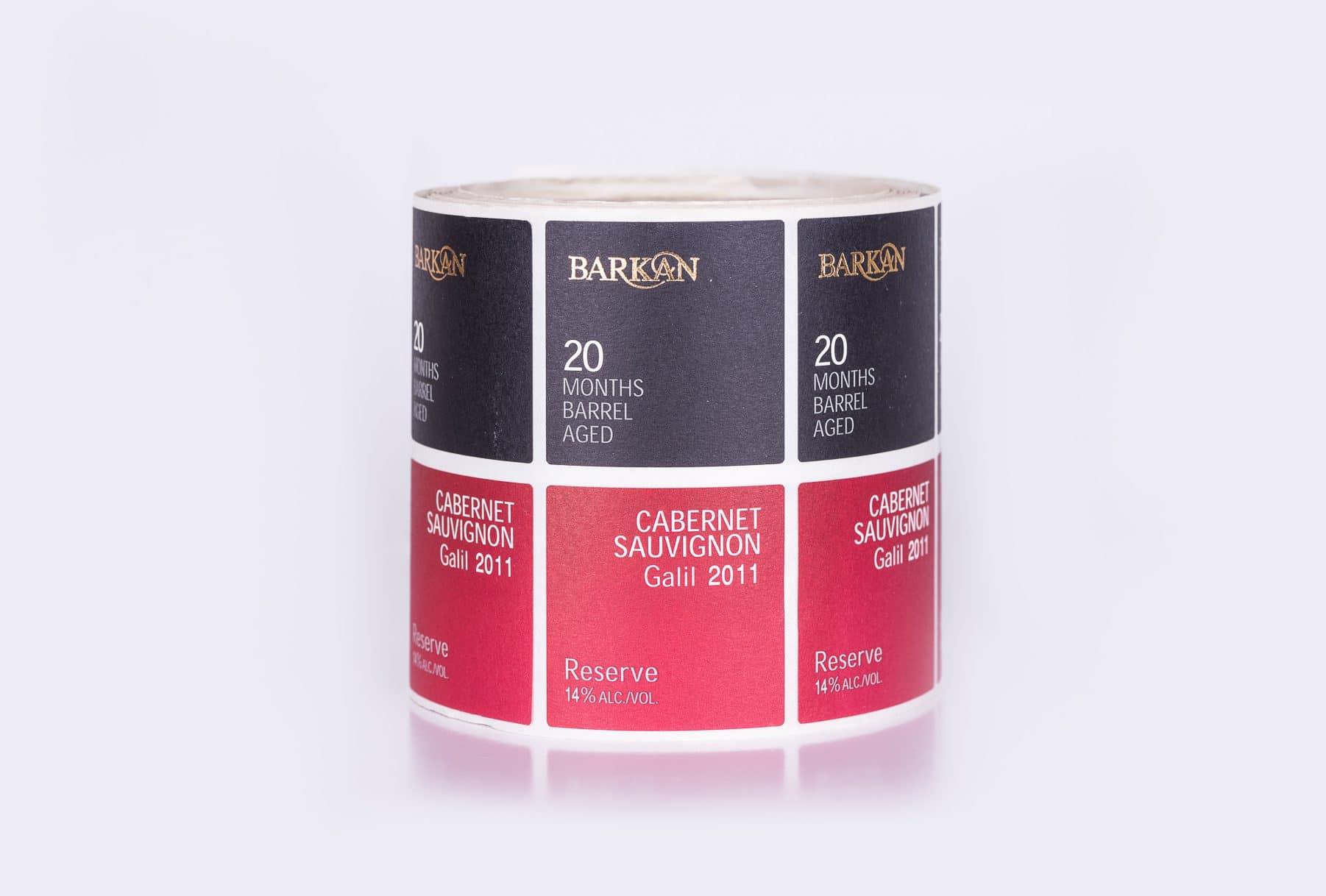 הדפסת תוויות יין קברנה סוביניון, 14% אלכוהול מהדורת 2011 ליקבי ברקן. התוויות מתחלקת לשני חלקים, צבע העליון בצבע שחור וחלק השני מלמטה בצבע אדום.