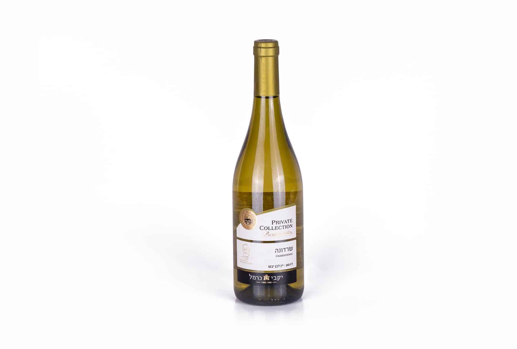 יין יבש לבן שרדונה של יקבי כרמל: תוויות לבקבוקים מודפסות בצבע לבן, כיתוב שחור וחותמת בצבע זהב. היקבים הראשונים של יקבי כרמל נוסדו בשנת-1889 בראשון לציון וזכרון יעקב על ידי הברון בנימין אדמונד דה רוטשילד