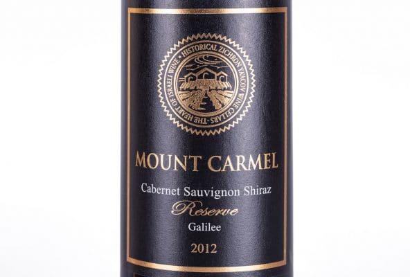 בקבוקי יין יוקרתיים של יקבי כרמל, שיראז, שנת בציר 2012. התוויות בצע שחור, הכתיב מוזהב משדר יין יוקרתי. הזן נובע משני זנים צרפתיים, הדורזה והמונדוז בלנש.