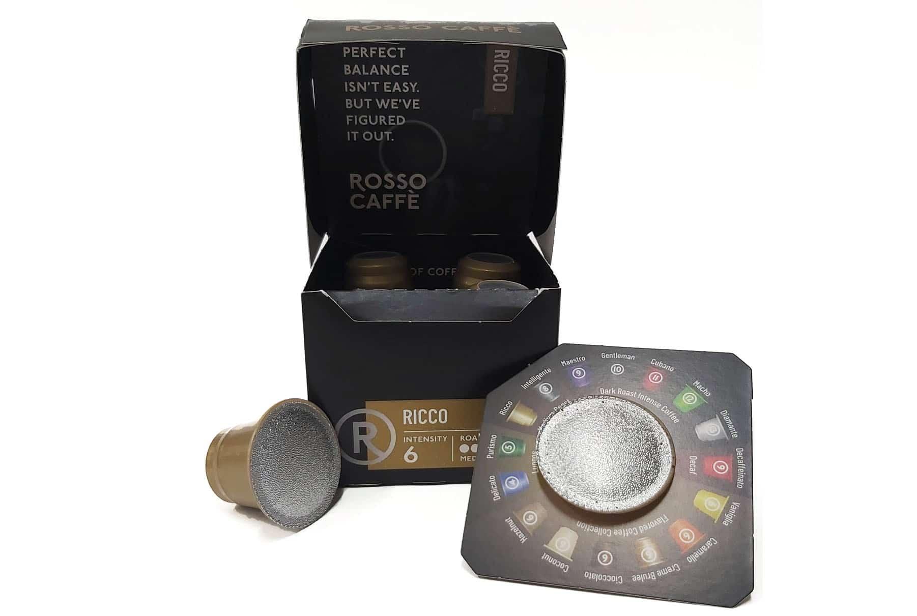 מארז קפה RICCO. אריזות מזון בעיצוב אישי וייחודי שמכילות 6 קפסולות קפה. הכתב על המארז מציין את מספר הקפסולות. האריזה מגנה על טריות הקפה. שיטת ההדפסה: שילוב של דפוס אופסט ודפוס דיגיטלי.