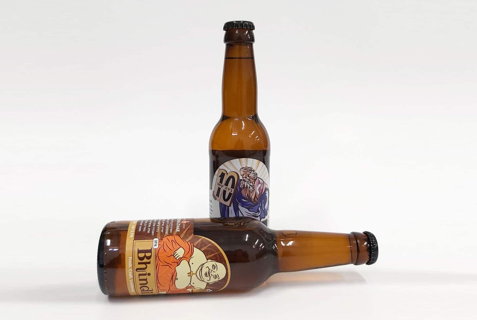 שני בקבוקי בירה השייכים לבירבאזר, אחד בינדי והשני בירה עשר. לפי התוויות, בקבוק ששוכב זה בינדי והבקבוק שעומד הוא בירה עשר.