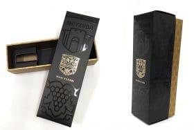 """מארז יין של יקב מצודה, סדרת """"הר איתן"""", סדרת הדגל שיוצאת רק בשנים נבחרות והם בלנדיים שהתבגרו לפחות 24 חודשים. האריזה עם לכה סלקטיבית להשבחה"""